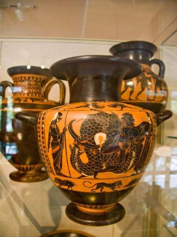 Nhiều chiếc bình của Hy Lạp cổ đại và cổ điển miêu tả các vị Thần, tín ngưỡng, các câu chuyện nổi tiếng, và các sự kiện, chẳng hạn như hôn lễ, chiến tranh, và các cuộc thi Olympic được tổ chức trên đỉnh Olympia (Dan Skorbach/The Epoch Times)