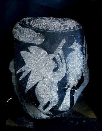Quan sát sao chổi: Hòn đá Ica này miêu tả một người đội mũ, đang quan sát một ngôi sao chổi bằng kính viễn vọng. (Ảnh cung cấp bởi Eugenia Cabrera/Museo Cabrera)