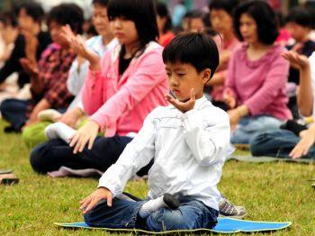 Thiền định như một liệu pháp: Các nhà khoa học đã phát hiện ra những sự khác biệt rất rõ rệt giữa các học viên Pháp Luân Công và những người không tập môn này trong biểu hiện gen ở bạch cầu trung tính. (Kevin Lin/The Epoch Times)