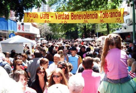 """Tiệc Vườn mừng Tết Nguyên đán 2013 ở Buenos Aires. Biểu ngữ ghi """"Pháp Luân Công – Chân Thiện Nhẫn""""."""