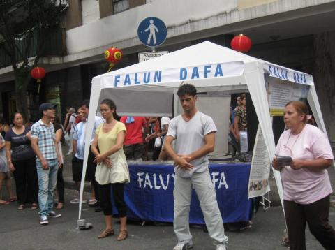Quầy giảng chân tướng Pháp Luân Công tại khu phố Tàu ở Argentina.