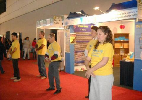 Từ năm 2004, năm nào các học viên Pháp Luân Công cũng tham dự Hội chợ sách Quốc tế Argentina.