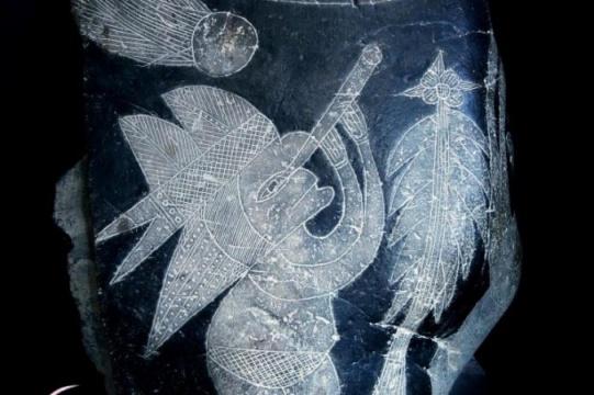 Trên một hòn đá được chạm khắc từ 65 triệu năm trước, một nhân vật đang cầm kính viễn vọng – vật sáng chế được tin là tạo ra bởi Galileo vào năm 1609. (Ảnh: Eugenia Cabrera/Museo Cabrera)