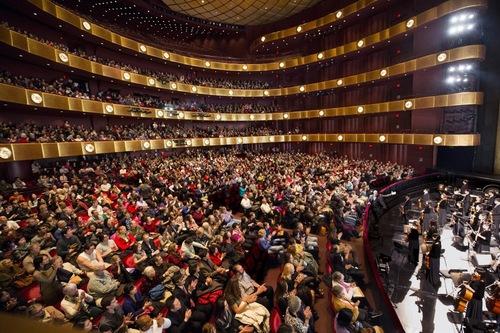 Ảnh: Khán giả hoan hô Thần Vận tại nhà hát David H. Koch Theater, Lincoln Center ở New York, ngày 11 tháng 01 năm 2014.