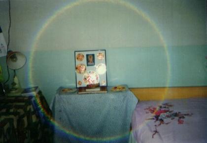 Ảnh 7: Đây là bức ảnh chụp lại đồ hình Pháp Luân tại nhà một học viên Đại Pháp, trong ảnh xuất hiện một vòng tròn sáng bảy màu.