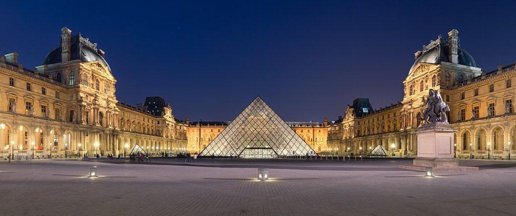 Kim tự tháp bằng kính ở trước viện bảo tàng Louvre